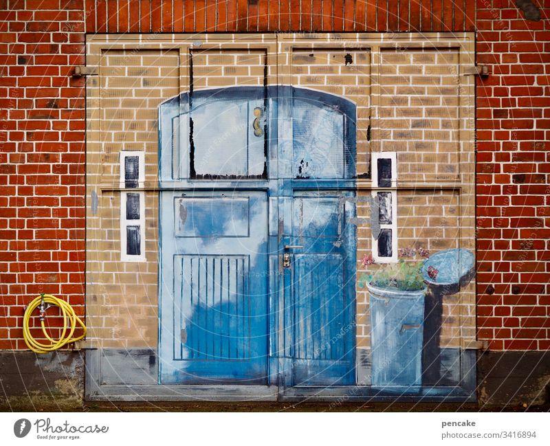kunst am bau | illusion und wirklichkeit Tor alt Bemalung Backsteinmauer Sinnestäuschung Wirklichkeit Gemälde Illusion Garagentor blau Eingang Mülltonne