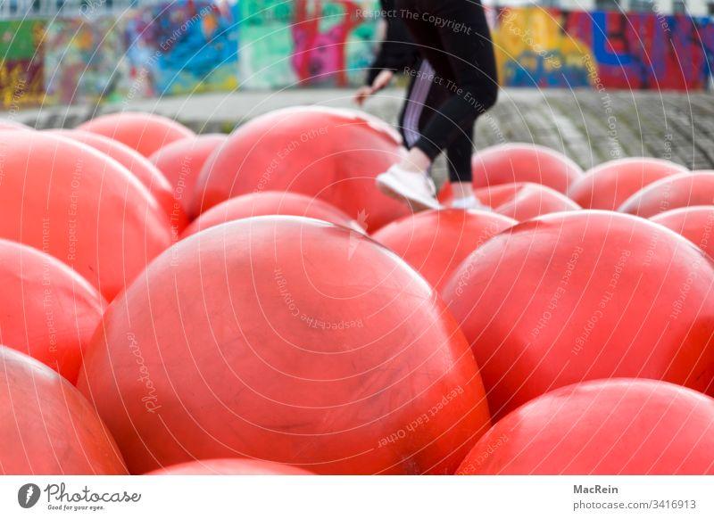Ballhüpfen ball bälle hüpfball hüpfbälle spiel spielen spielplatz kinder kinderspielplatz spass rot freizeitbeschäftigung
