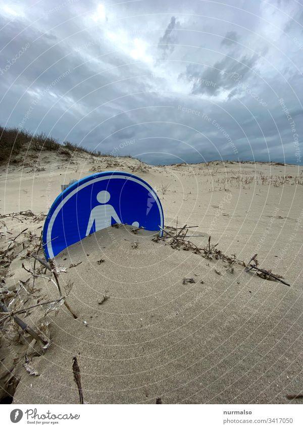 Beziehungsuntergang Sand Strand schild Symbol familie seegrass verschüttet blau reflektieren stürmisch wind vergraben unsichtbar unkenntlich mutter vater kind