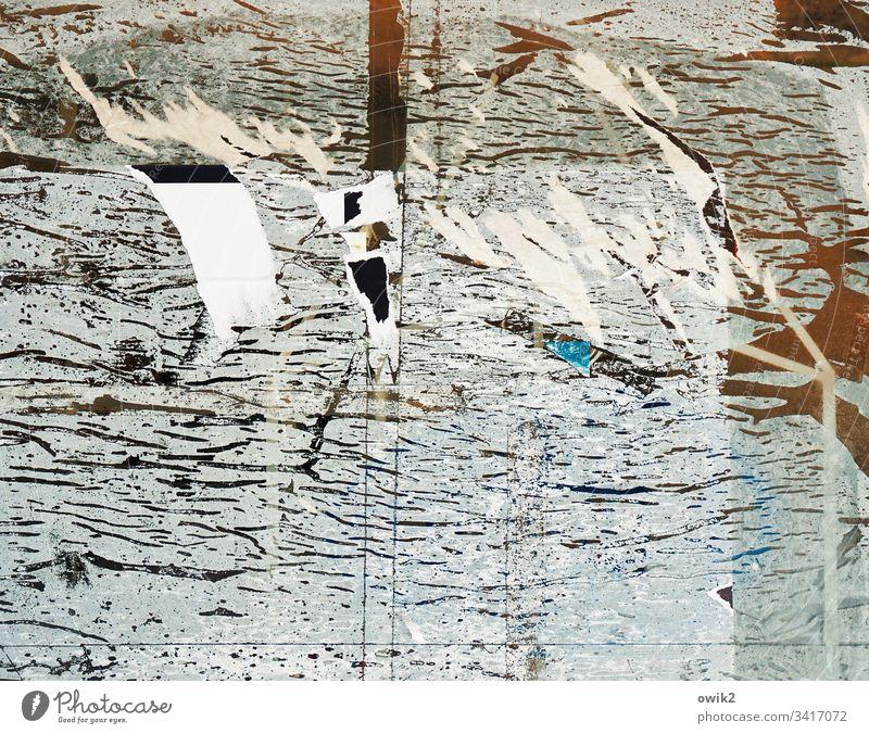 Antimaterie Reste Spuren zerkratzt schäbig heruntergekommen Fensterscheibe Glas Klebstoff Menschenleer verfallen dreckig alt Scheibe Papier Fetzen Linien