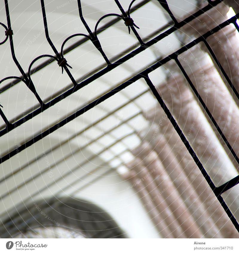 Das wär doch nicht nötig gewesen | So viel Präzision! Architektur Menschenleer Bauwerk Gebäude Kloster Arkaden Säule Gang Gitter Tor Gittertor Ornament Linie