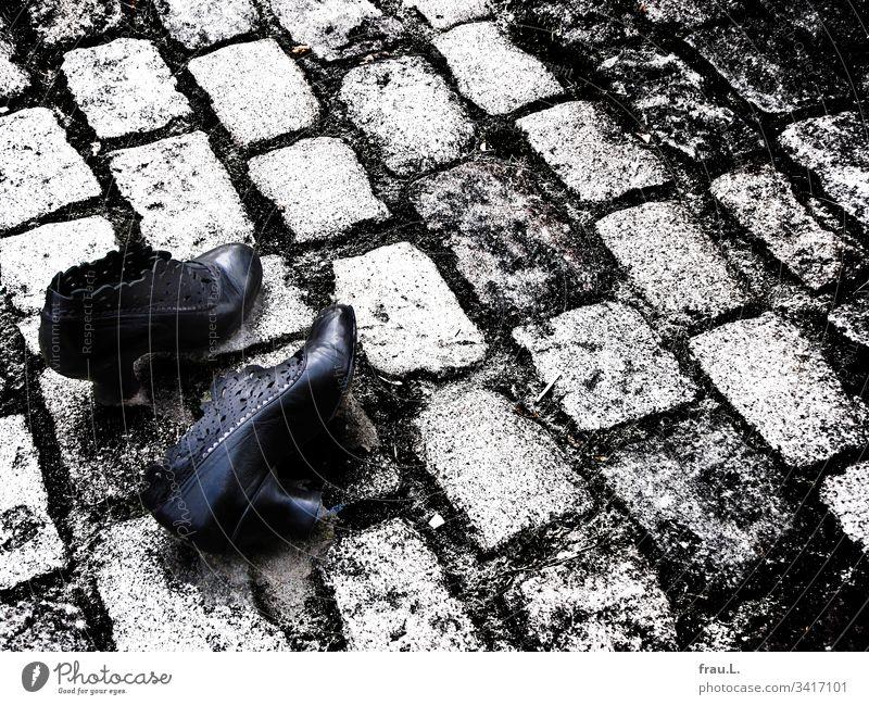 Sie lief um ihr Leben und auf dem Kopfsteinpflaster hatte sie sich ihrer Schuhe entledigt - nun lagen sie dort - doch das C-Virus keuchte immer noch hinter ihr her.
