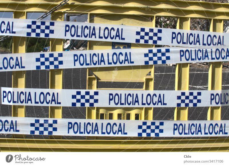 Polizeiabsperrung in Spanien Absperrung Gefahr Schutzmaßnahme Klebeband Barriere Farbfoto Sicherheit Menschenleer Außenaufnahme Zaun Grenze Verbote gefährlich
