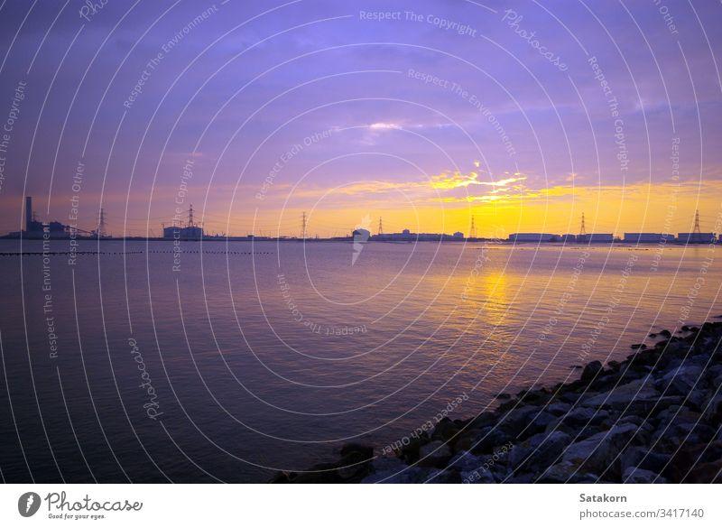 Industriegebiete an der Küste mit der Abendsonne Sonnenuntergang MEER Himmel Silhouette industriell Anwesen Kraft Elektrizität Hintergrund Konstruktion Business