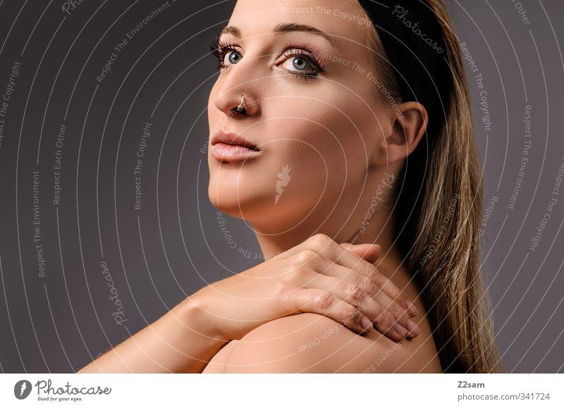 beauty III schön Körper Kosmetik feminin Junge Frau Jugendliche 18-30 Jahre Erwachsene Piercing Haarband blond langhaarig berühren Erholung ästhetisch elegant
