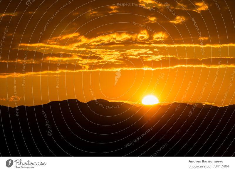 Sonnenuntergang über den Bergen im Freien Wolken Morgen Sonnenaufgang dunkel Unwetter malerisch dramatisch orange Landschaft Cloud Hintergrund