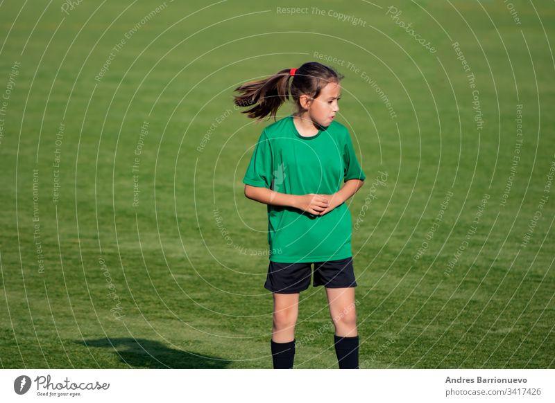Kleines Mädchen im Fußballtraining Licht schön niedlich Spiel Ball Spieler Kind üben müde spielen Frau Kindheit Jugend Übung Uniform wenig Person Schweiß