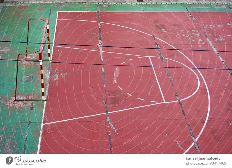 Straßenfußballfeld aufgegeben Fußball Feld Gericht rot Fußballfeld Tor Netz Seil Sport Sportgerät spielen Spielen Verlassen alt Park Spielplatz im Freien