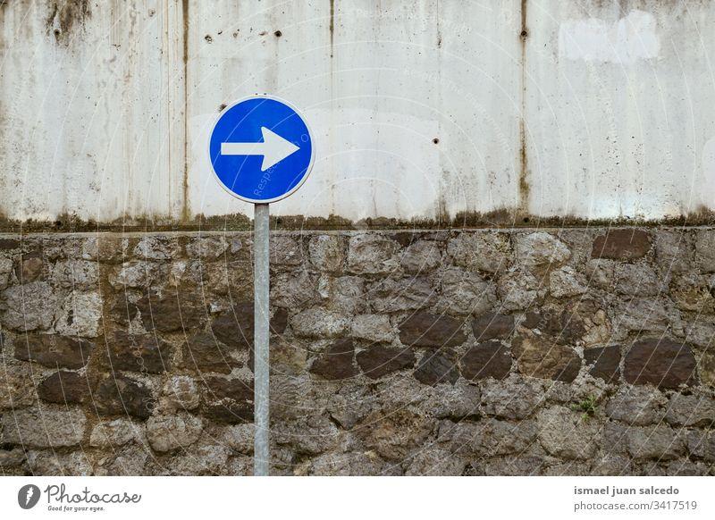 Pflichtampel auf der Straße in der Stadt Bilbao Spanien Pfeil Regie Verpflichtung Ampel Verkehrsgebot signalisieren Asphalt Ermahnung Großstadt Verkehrsschild