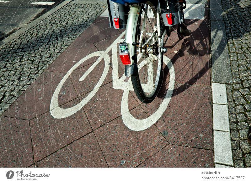 Fahrrad an der Ampel asphalt ecke fahrbahnmarkierung fahrrad fahrradweg innenstadt linie radfahrer radtour straße wegweiser wegzeichen verkehrswende rücklicht