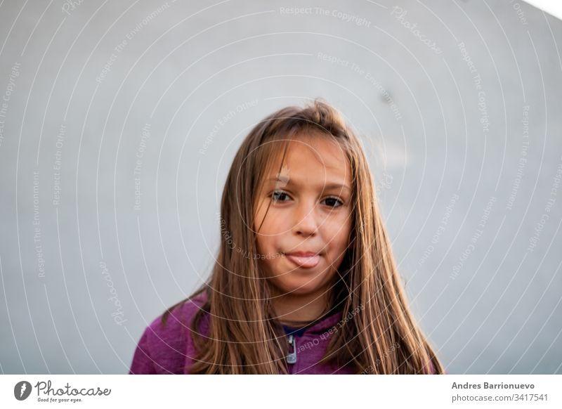 Porträt eines kleinen Mädchens Natur schließen Kind Stil posierend im Freien Park hübsch Umwelt Frau weiß Sommer Lifestyle Feld Lächeln Schönheit gelb Mode
