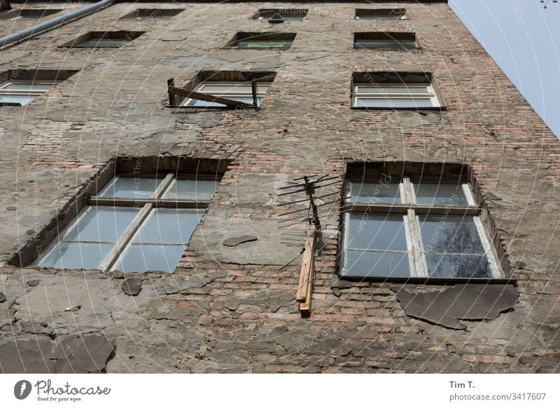 Antenne 3.0 Prenzlauer Berg Hinterhof hinterhofidyll Fenster Menschenleer Stadtzentrum Außenaufnahme Hauptstadt Haus Altstadt Bauwerk Gebäude Wand Altbau
