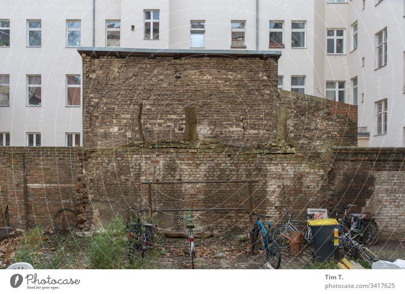 Hinterhof Berlin Stadthaus Fassade Innenhof Wohnhaus Menschenleer Stadtzentrum Häusliches Leben Hof Mauer Brandmauer Wohngebiet Wand Mehrfamilienhaus Fenster