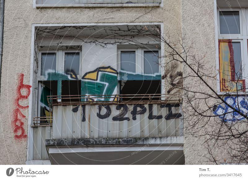 Spekulieren Berlin 2020 Prenzlauer Berg Graffiti spekulieren Hauptstadt Stadt Altstadt Stadtzentrum Menschenleer Farbfoto Außenaufnahme Hinterhof Fenster