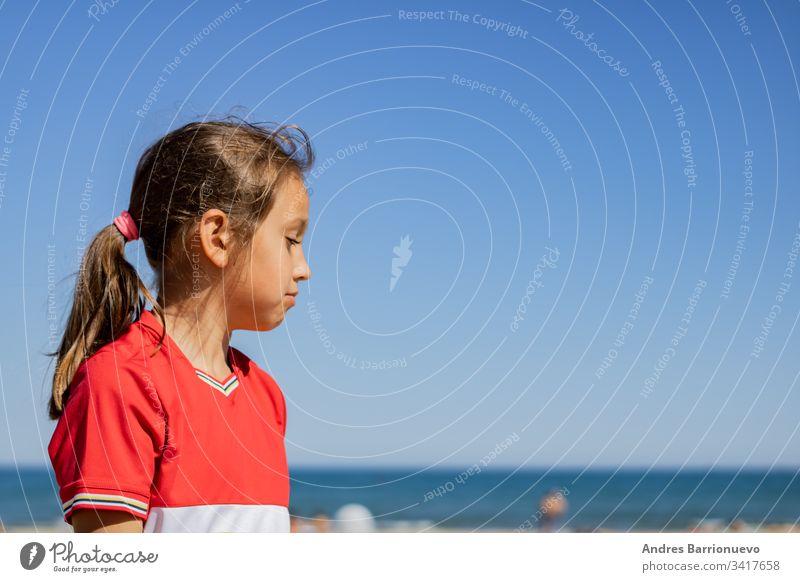 Kleines Mädchen posiert am Strand blau Kind Natur Sonne sich[Akk] entspannen Kiddie Sand sonniger Tag Feiertag Sommer niedlich Fröhlichkeit jung MEER Glück
