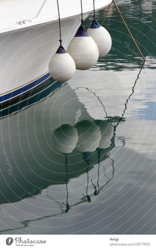 Detailaufnahme eines Schiffes mit Abstandhaltern und Spiegelung im Wasser Schifffahrt Außenaufnahme Hafen maritim Wasserfahrzeug Menschenleer Segelschiff