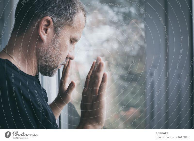 Porträt eines traurigen Mannes Traurigkeit Verlust Problematik deprimiert ernst Angst Trauer Frustration unglücklich Person Erwachsener Verzweiflung Scham