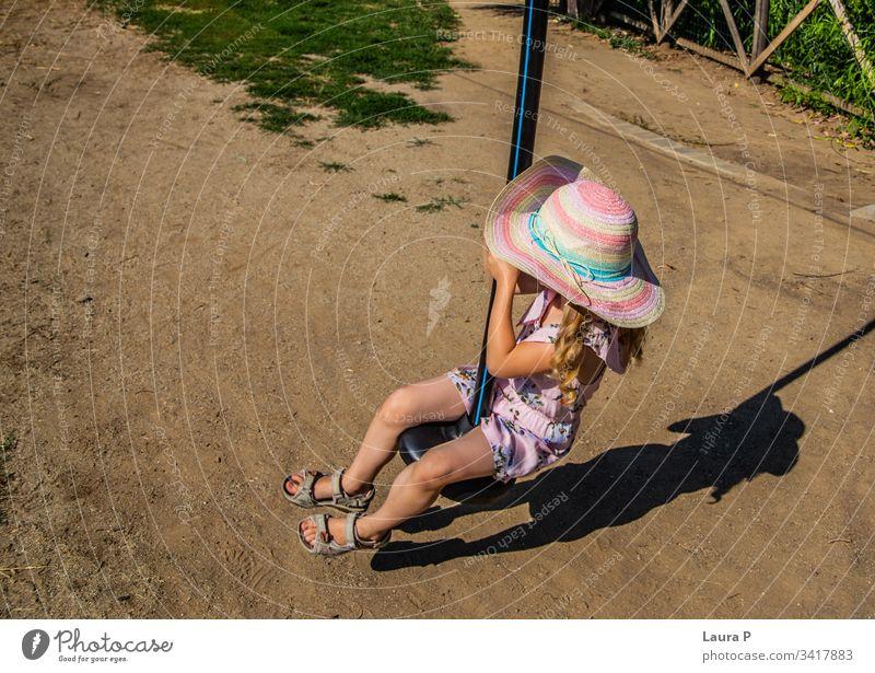 Kleines Mädchen auf einer Seilbahn im Park Aktivität Abenteuer Vergnügen Vergnügungspark Mut Kind spielendes Kind Kindheit niedlich genießen Entertainment