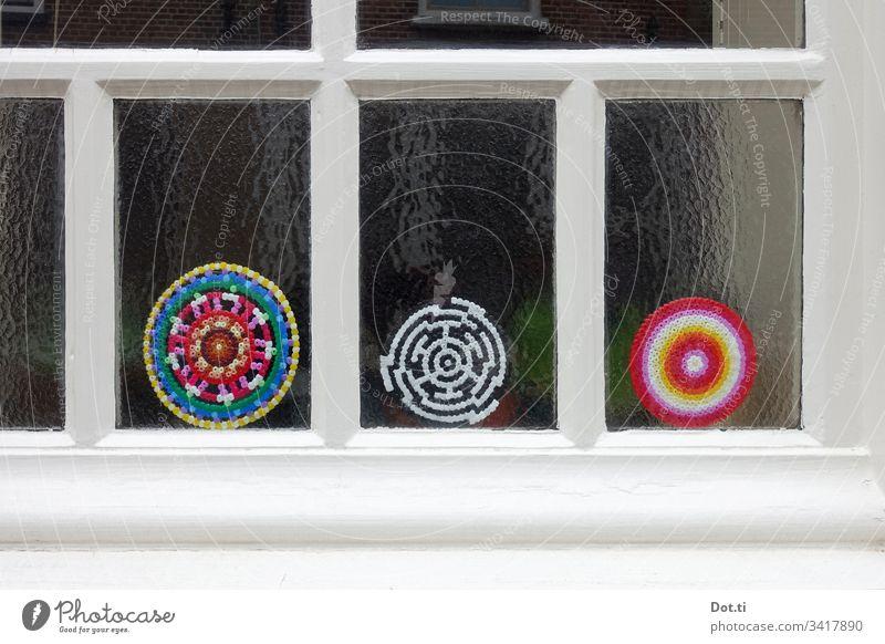 Bügelperlen Fensterschmuck Milchglas bunt basteln rund Kreis Muster Ornament Sprossenfenster