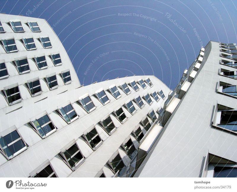 look up 01 Himmel blau weiß Haus Fenster Architektur Gebäude Hafen Düsseldorf Gehry Bauten