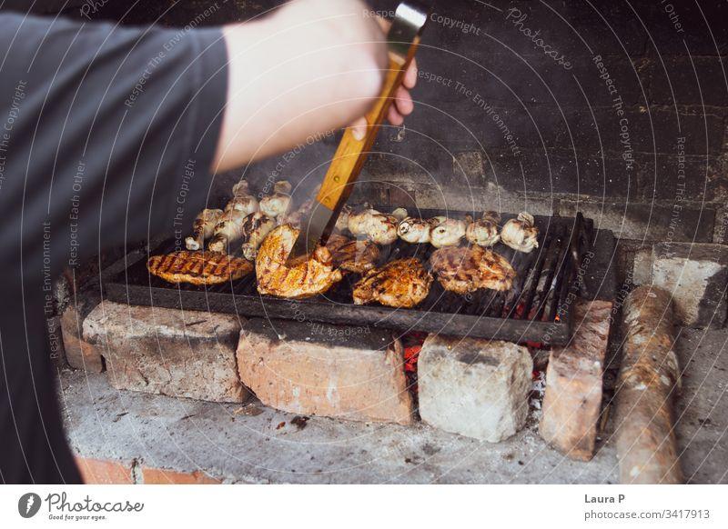 Nahaufnahme eines Mannes, der ein Barbecue vorbereitet Hintergrund gegrillt Grillen grillen Rindfleisch schwarz Brandwunde Camping Holzkohle Kohle Kohlen Koch