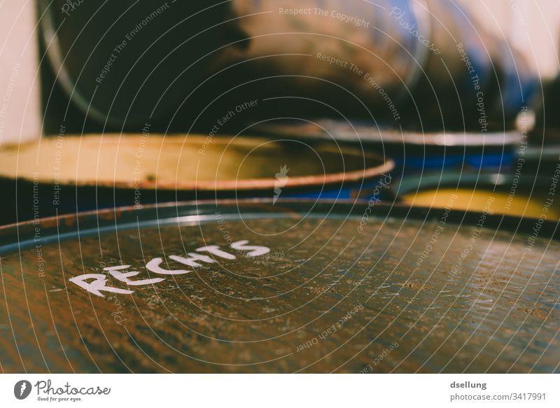 Für die Tonne Politik & Staat Fass Schriftzeichen Text Gesellschaft (Soziologie) anonym Zeichen Farbfoto Typographie Wort Stahl Metall Buchstaben Stahltonne