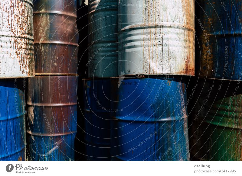 Verschiedene Fässer gestapelt zu einer Wand bedrohlich Umweltschaden Teile u. Stücke trocken Hintergrundbild Umweltschutz Schaden Riss bizarr trist kaputt tief