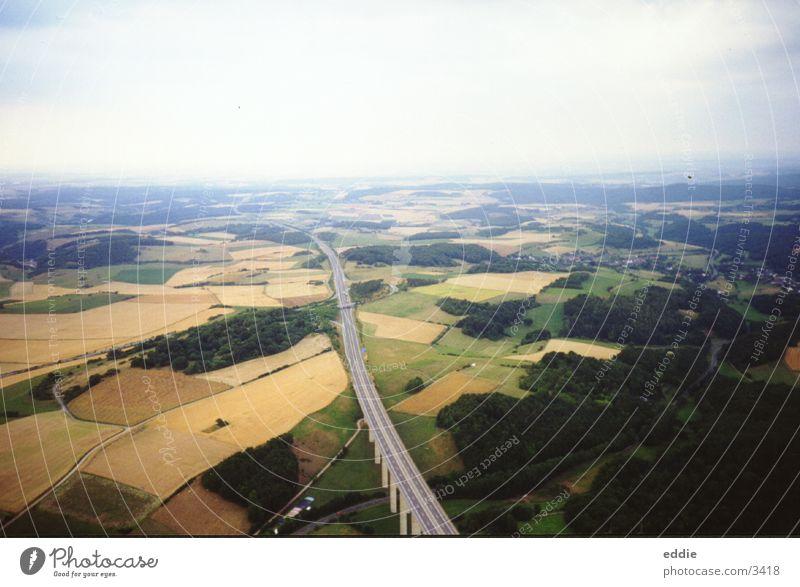 Soweit uns der Wind trägt Luft Vogelperspektive Feld Brücke fliegen