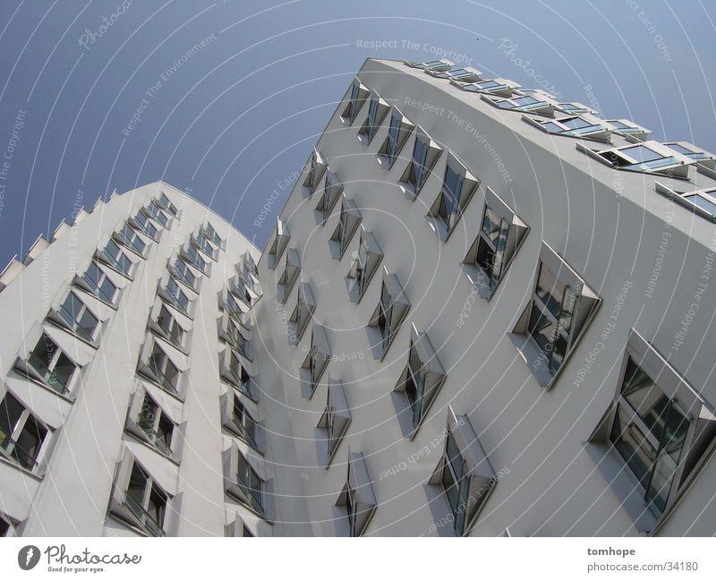 look up 02 Haus Gebäude weiß Fenster Froschperspektive Architektur Himmel blau Hafen Medienhafen Düsseldorf Gehry Bauten modern