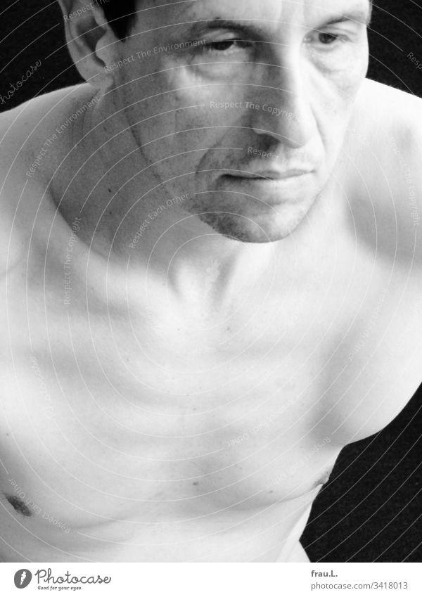 Die Anstrengung, seinen bleichen Körper in eine Statue zu verwandeln, trübte seinen Blick. Mann Akt maskulin Brust Oberkörper Erwachsene Blass Haut