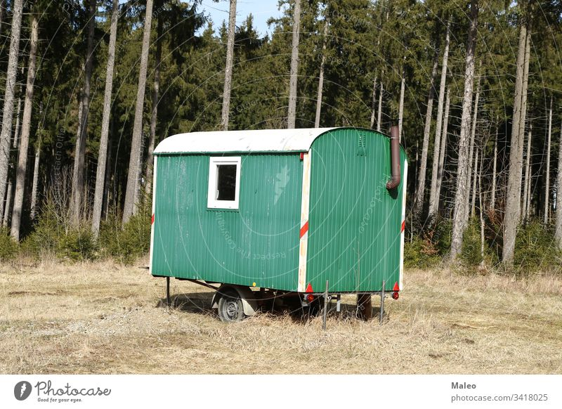 Mobile Holzfällerhütte steht im Wald alpin Kunst Kunstwerk Hintergrund schön blau Kabine Kanada Postkarte gemeißelt Weihnachten Klettern kalt Eckstoß Cottage