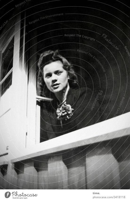 Frau am Fenster frau fenster sonnenlicht schauen haus holz beobachten kleid halstuch dunkelhaarig langhaarig schatten neugier aufmerksam interessiert sw