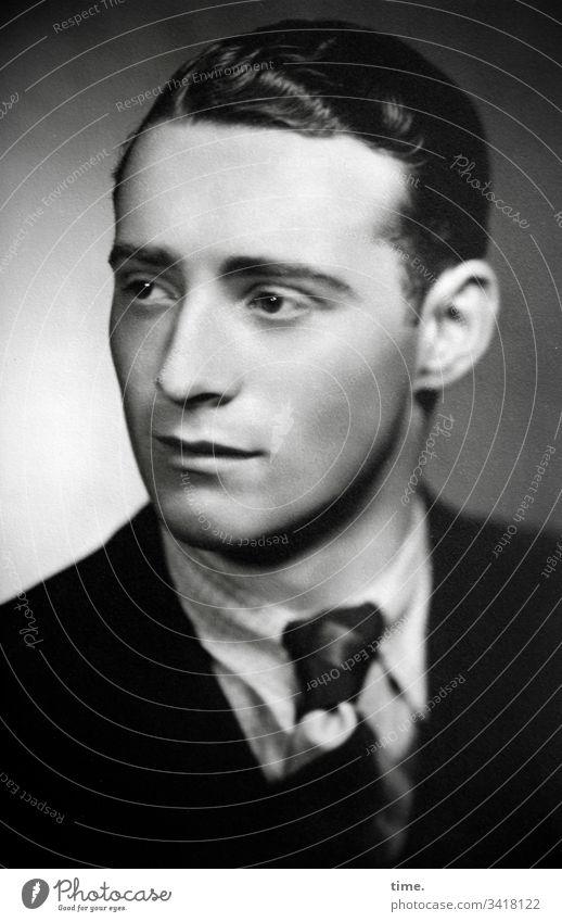Visitenkarte mann portrait weich anzug krawatte sw schön nostalgie männlich kurzhaarig schwarzhaarig jacke hemd licht entschlossen wachsam neugierig