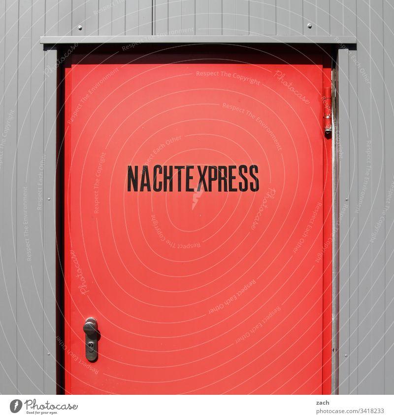 rote Tür mit der Aufschrift Nachtexpress Berlin Deutschland Menschenleer Hauptstadt Gebäude Außenaufnahme Wand Schriftzeichen Mauer Zeichen Express Nachtleben