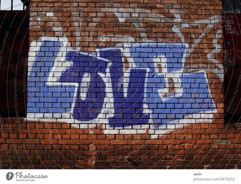 Graffitti an einer Hauswand, Liebe - Love - Schriftzug an einer Wand Berlin Deutschland Menschenleer Hauptstadt Gebäude Ruine kaputt Graffiti Außenaufnahme