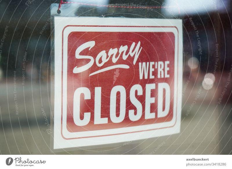 Sorry we´re closed - Geschlossen Schild hinter der schmutzigen Glastür Coronavirus Business Wirtschaft Bankrott Fenster Laden Tür Information Eingang schließen