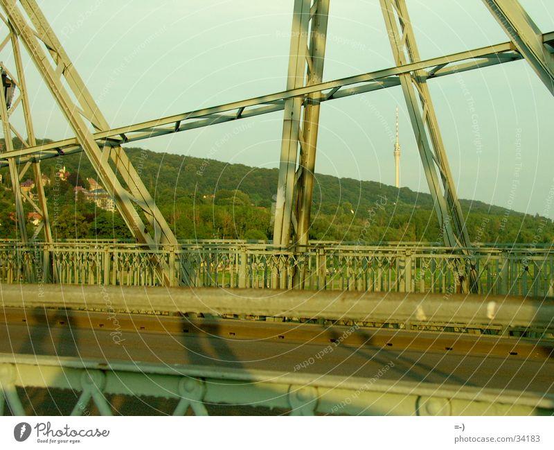 Brücke Dresden Denkmal Stahl Wahrzeichen Konstruktion Sehenswürdigkeit Anschnitt Bildausschnitt Stahlträger Stahlkonstruktion Licht & Schatten Elbbrücke