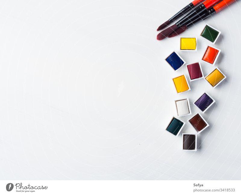 Aquarellgaletten und Pinsel auf Weiß Wasserfarbe Farbe Bürste weiß Hintergrund Design Kunst künstlerisch Künstler farbenfroh Kreativität Bildung Pinselblume