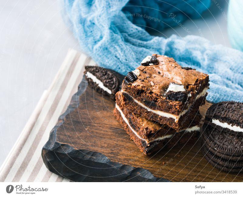 Frischkäse-Brownies mit Keksen Quadrat Bar Käse Kuchen Sahne Ebene Schokolade traditionell Amerikaner Dessert Leckerbissen festlich lecker backen Koch heimwärts