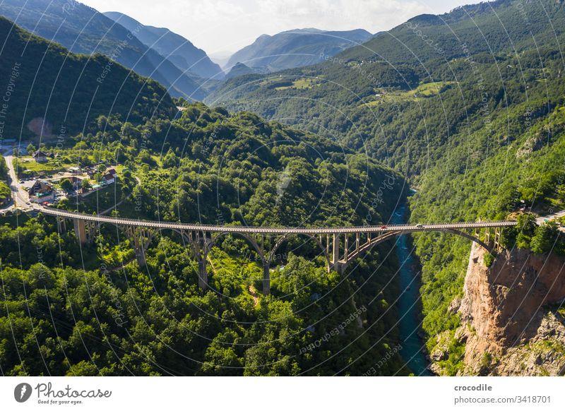 Durmitor Nationlapark Roadtrip Straße tara Brücke Schlucht Beton roadtrip bulli VW T6 VW Bus Montenegro Berge u. Gebirge Drohnenansicht Luftaufnahme