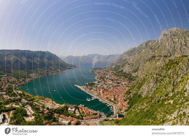 Bucht von Kotor mit Blick auf den Hafen und die historische Altstadt Drohnenansicht Kreuzfahrt Montenegro Balkan Reisefotografie Urlaub Felsen Berge u. Gebirge
