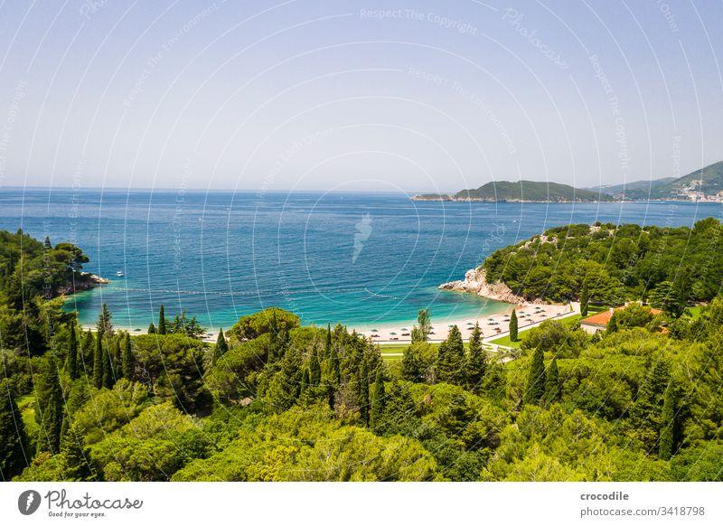 Hotelstrand an der Küste Montenegros Meer Urlaubsstimmung reisen Sightseeing Badeort Strand Felsen Berge u. Gebirge Ferien & Urlaub & Reisen Landschaft Sommer