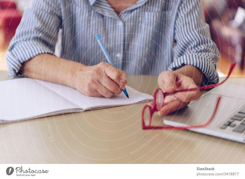 Senioren im mittleren Alter arbeiten zu Hause am modernen Laptop Elektronik pc Textfreiraum zuschauen leerer Bildschirm Konzept benutzend Gerät oben Nahaufnahme