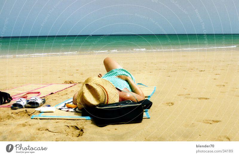 Faul am Strand Kanaren Fuerteventura Frau Meer Sommer Physik Europa Sonne Sonnenhut weißer Sand Pumaletten Wärme