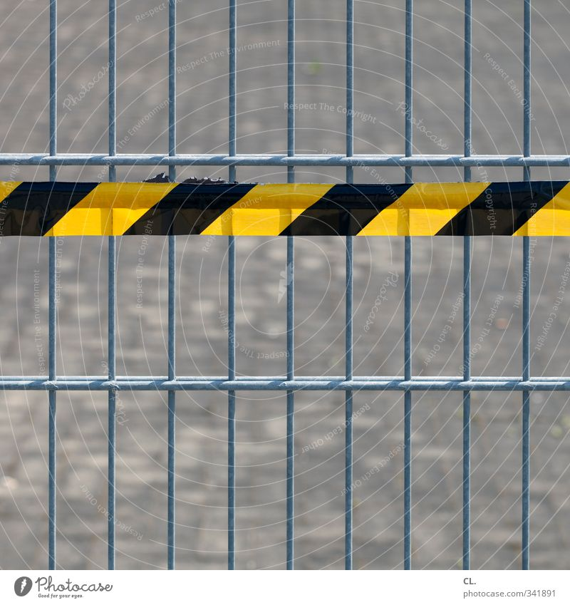absperrung Baustelle Menschenleer Straße gelb schwarz Verantwortung achtsam gefährlich Fürsorge bedrohlich Schutz Sicherheit Verbote Zaun Bauzaun flatterband