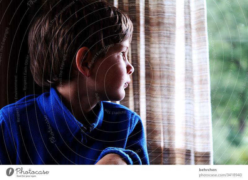 fernweh | corona thoughts kindlich niedlich Zukunft Fernweh Sehnsucht Nase Liebe Kopf Zufriedenheit Hoffnung Fenster Kind Porträt Kindheit Junge 3-8 Jahre