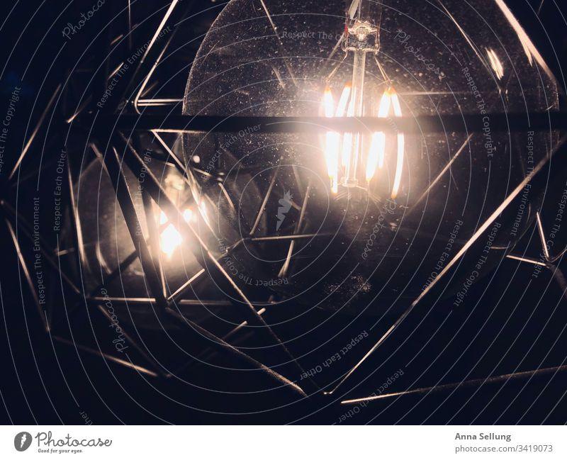 Zwei Lichtquellen in geometrischer Fassung Elektrizität Glühbirne dunkel Technik & Technologie Lampe hell Beleuchtung durchsichtig Energie Kreativität