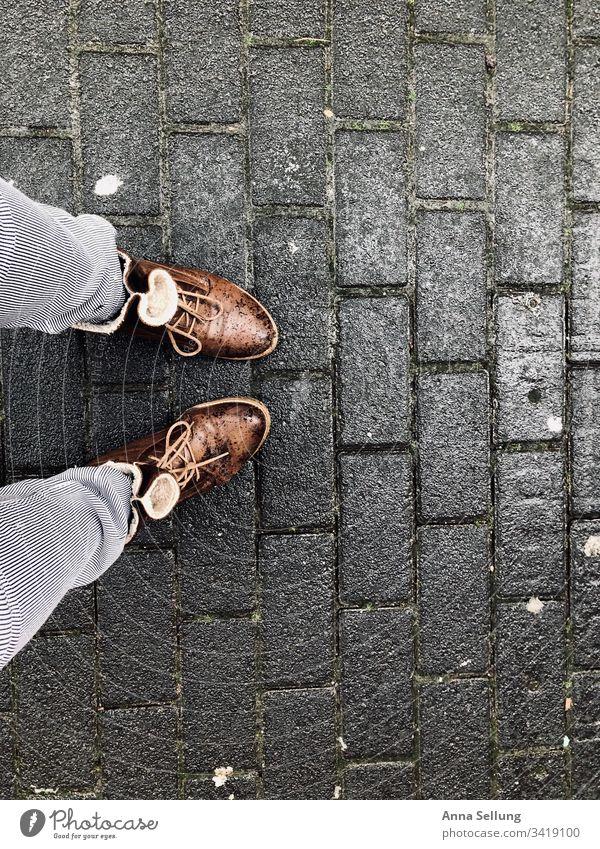 Unterwegs im Regen — Teil der Beine und Schuhe unterwegs Wege & Pfade gehen Straße Spaziergang Asphalt Schatten Außenaufnahme Farbfoto Mensch Fußgänger Kontrast