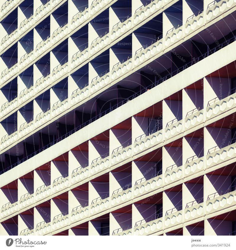 Erste Reihe Hochhaus Architektur Mauer Wand Balkon Beton alt hässlich hoch kalt retro Spitze schwarz weiß Symmetrie Stadt trist Plattenbau Siebziger Jahre