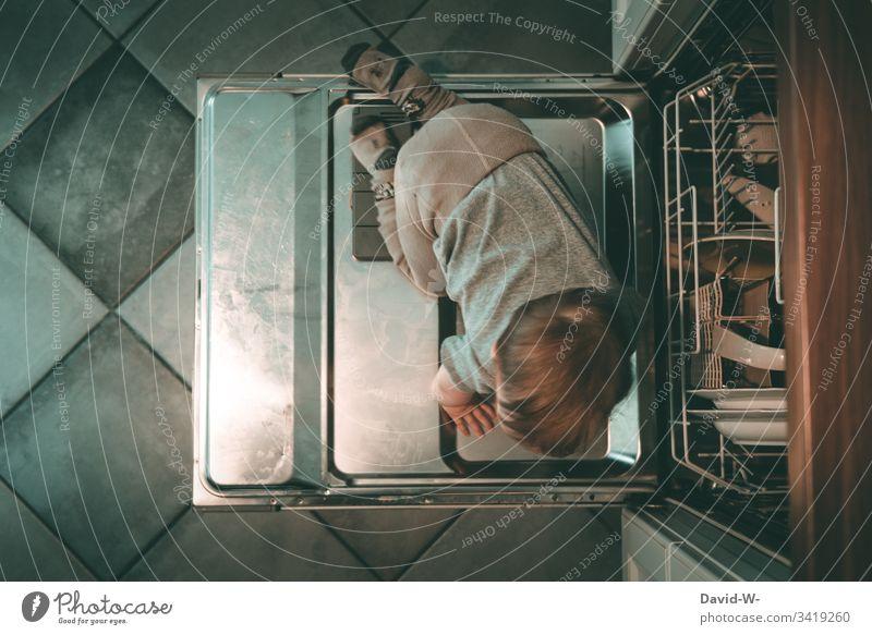 Kind auf dem Weg in die Spülmaschine - wenn man einmal nicht aufpasst Haushalt Küche aufpassen Frechdachs unaufmerksam Kindererziehung Verbote Innenaufnahme
